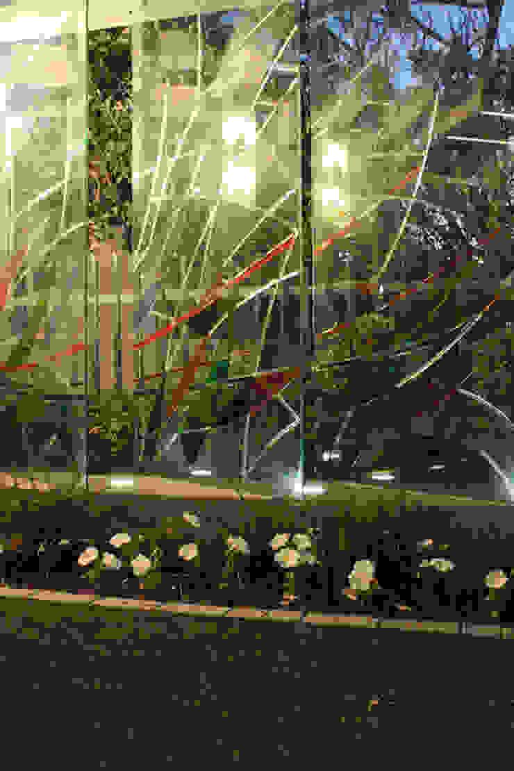 Glass fins as a wind break & sculpture.: modern  by Inline Spaces Pty Ltd, Modern Glass