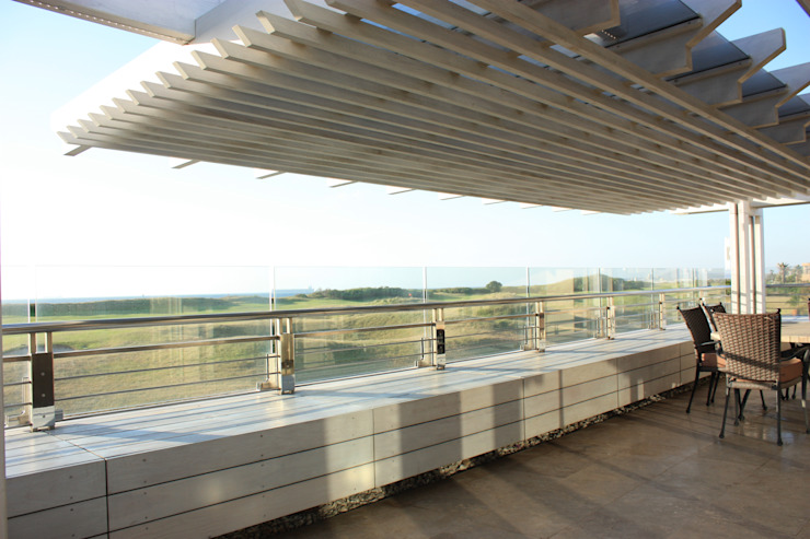Timber Pergola & Glass Fins:   by Inline Spaces Pty Ltd,