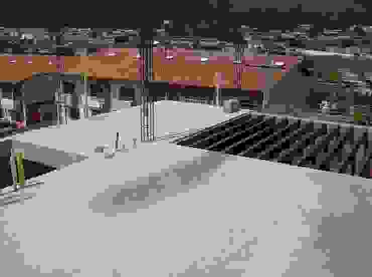 Pergola metálica del área de servicios Casas modernas de MARATEA estudio Moderno Concreto reforzado