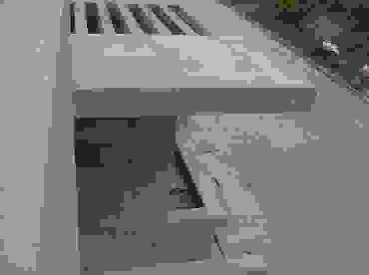 Avance de obra. Detalle del acceso Casas modernas de MARATEA estudio Moderno Concreto reforzado