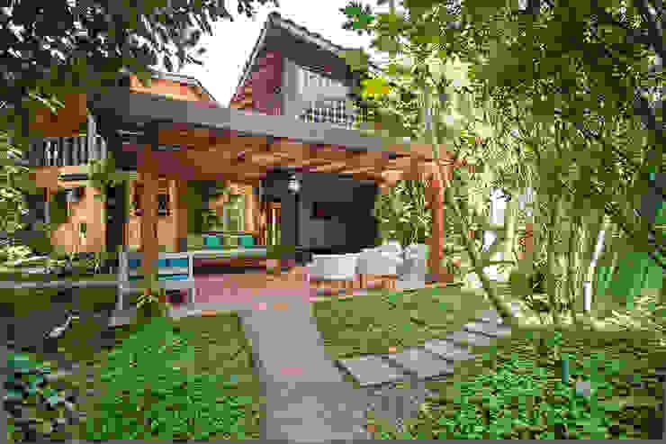 Tropical style houses by SET Arquitetura e Construções Tropical