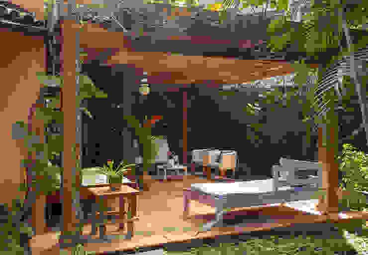Tropical style corridor, hallway & stairs by SET Arquitetura e Construções Tropical