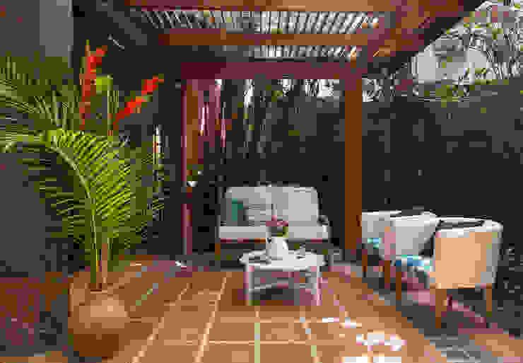 SET Arquitetura e Construções Pasillos, vestíbulos y escaleras de estilo tropical