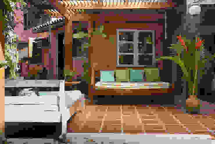 Pasillos y vestíbulos de estilo  por SET Arquitetura e Construções, Tropical