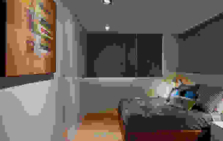 Camera da letto moderna di 舍子美學設計有限公司 Moderno