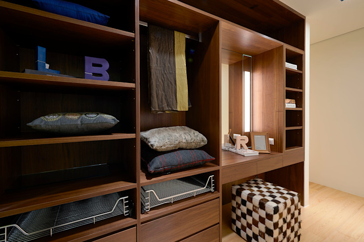 Walk in closet de estilo  por 舍子美學設計有限公司
