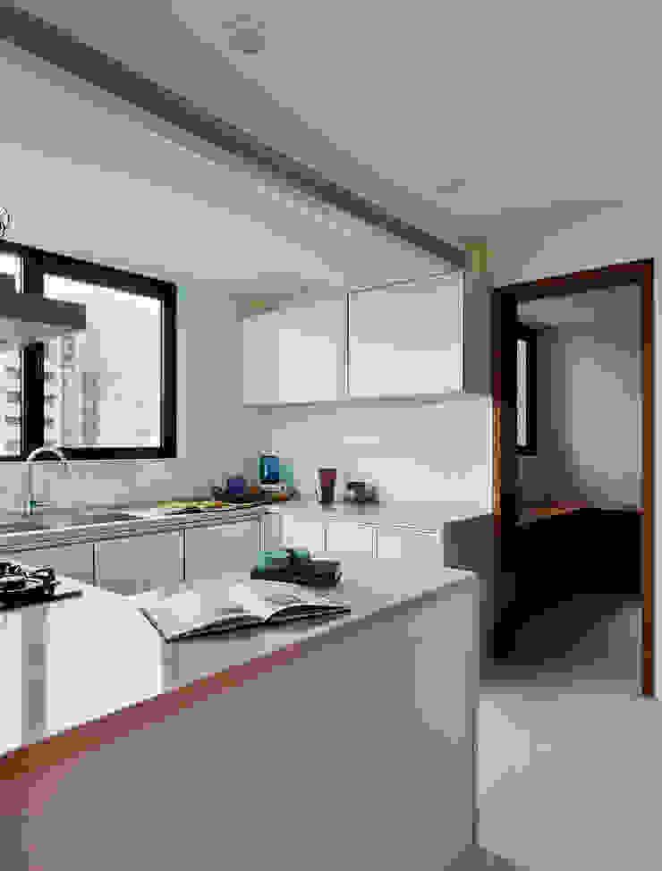 Cucina moderna di 舍子美學設計有限公司 Moderno