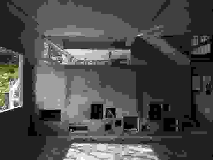 """水泥灌注_兼具壁爐與收納功能的""""內牆"""" 根據 本晴設計 簡約風 水泥"""