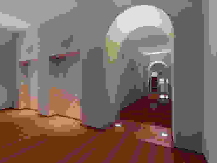 Der Umbau der Villa Hermannshof- Gang im 1.OG Klassische Kongresscenter von Peter Stasek Architects - Corporate Architecture Klassisch MDF