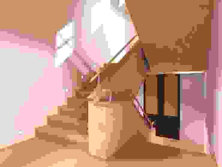 Der Umbau der Villa Hermannshof - Haupttreppenhaus nach dem Umbau Klassische Kongresscenter von Peter Stasek Architects - Corporate Architecture Klassisch Marmor