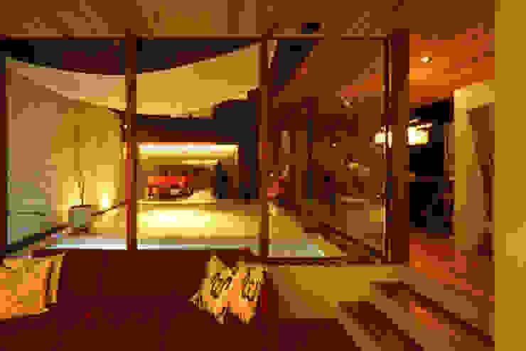 大東の家_水盤のあるガレージコートハウス: 近藤晃弘建築都市設計事務所が手掛けたリビングです。,モダン 木 木目調