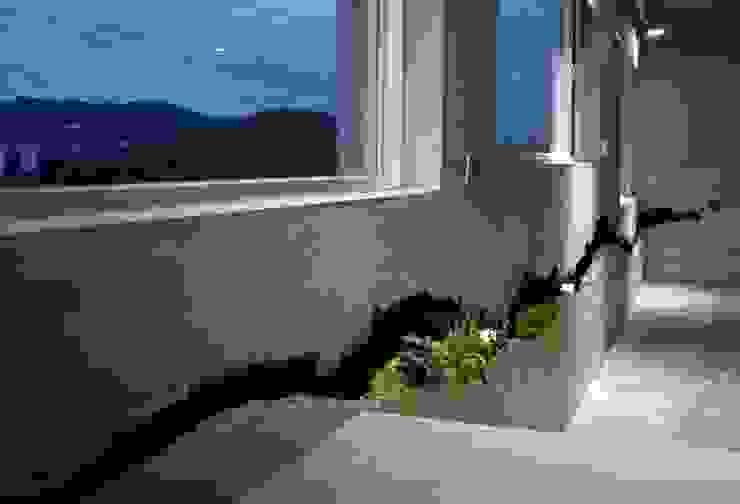 黑色裂縫像立體潑墨,也呼應了窗外匍匐山稜。 Minimalist corridor, hallway & stairs by 本晴設計 Minimalist