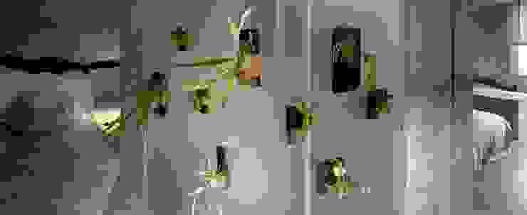 洗手間以霧面玻璃作為隔間,植栽清新而寡欲。 Minimalist style bathroom by 本晴設計 Minimalist