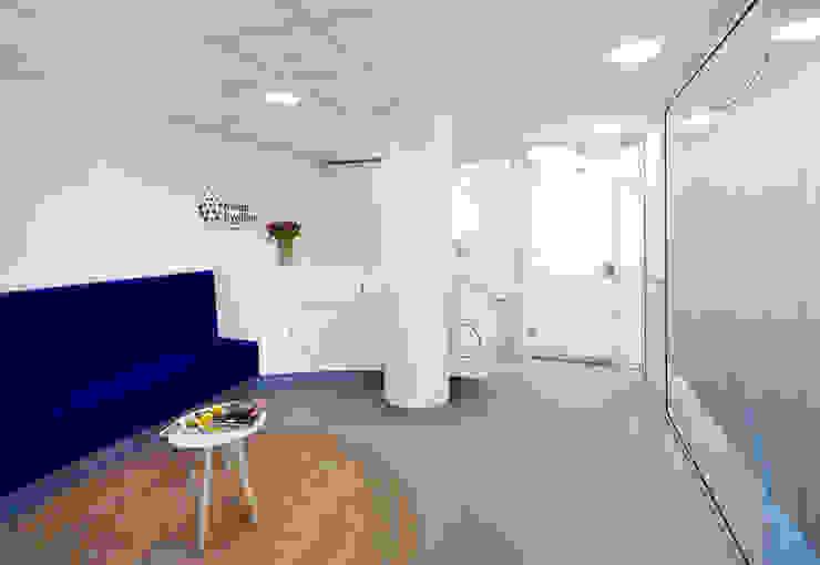 3d impressie 1 wachtruimte Moderne gezondheidscentra van Anne-Carien Interieurarchitect Modern