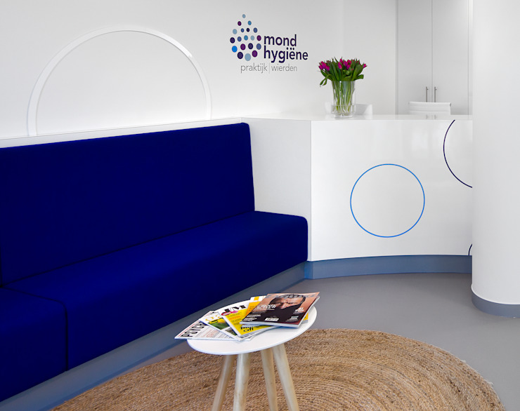 3d impressie 2 wachtruimte Moderne gezondheidscentra van Anne-Carien Interieurarchitect Modern