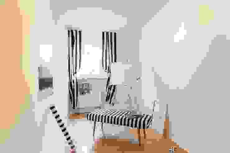 Ruang Studi/Kantor Gaya Skandinavia Oleh Münchner home staging Agentur GESCHKA Skandinavia