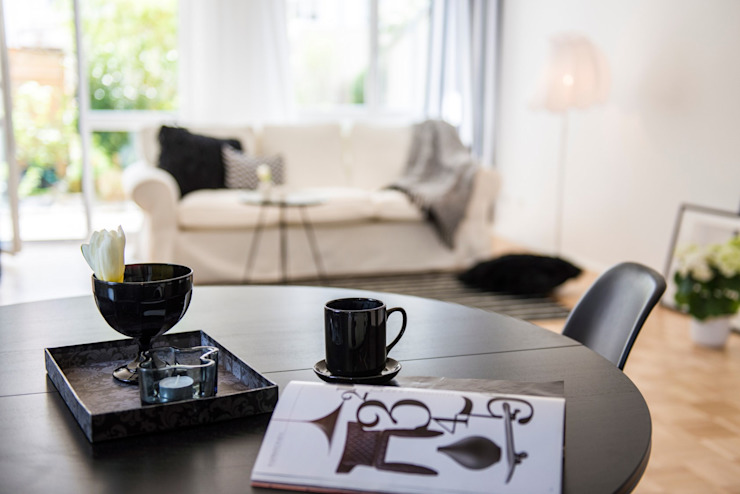 Ruang Keluarga Gaya Skandinavia Oleh Münchner home staging Agentur GESCHKA Skandinavia