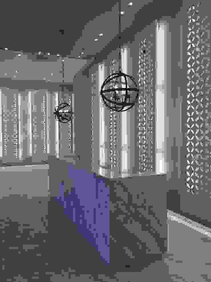 Lobby iluminado Pasillos, vestíbulos y escaleras de estilo moderno de Ecologik Moderno