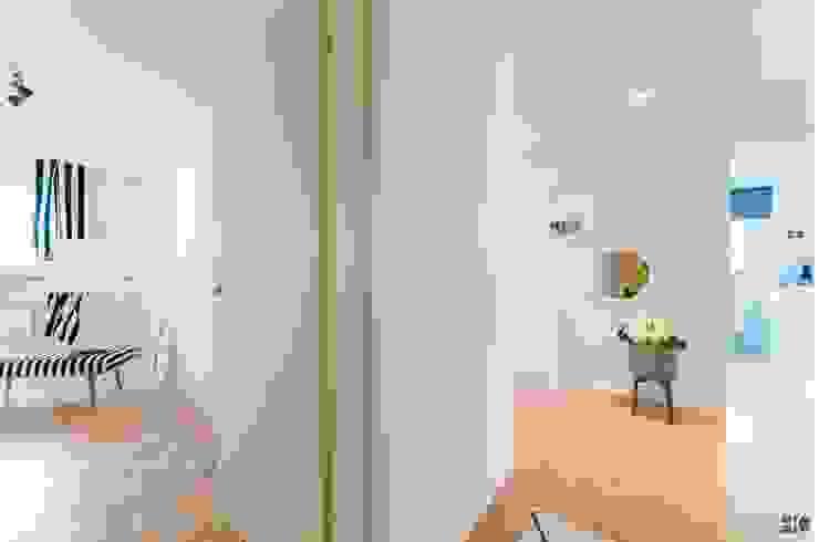 Koridor & Tangga Gaya Skandinavia Oleh Münchner home staging Agentur GESCHKA Skandinavia