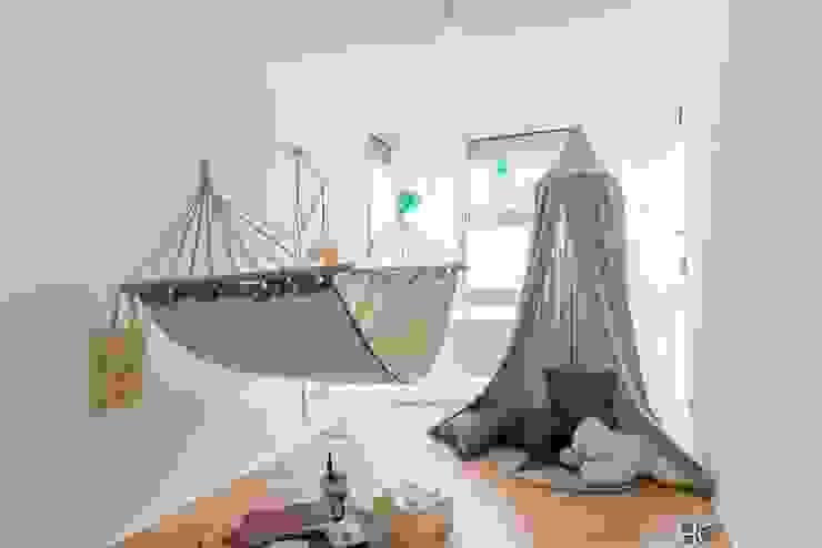 Skandynawski pokój dziecięcy od Münchner home staging Agentur GESCHKA Skandynawski