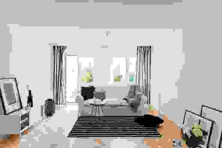 Livings de estilo escandinavo de Münchner home staging Agentur GESCHKA Escandinavo