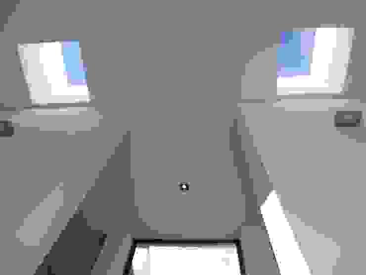 Moderner Flur, Diele & Treppenhaus von Peritraço Arquitectura Modern
