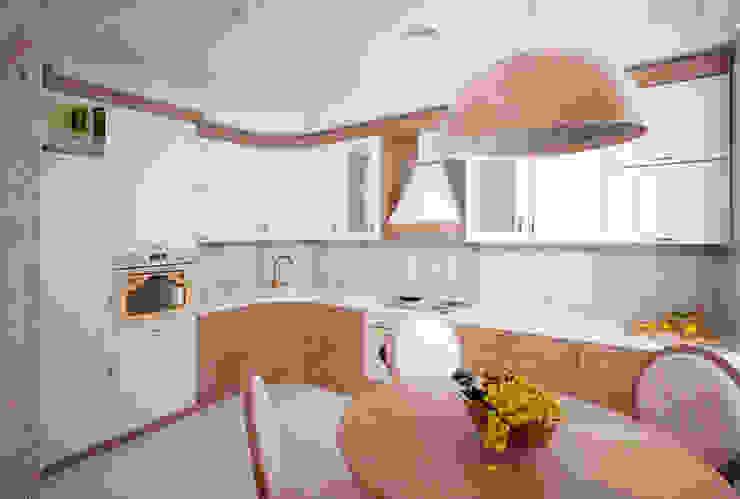Трех-комнатная квартира в сталинке Кухня в классическом стиле от dessein Классический