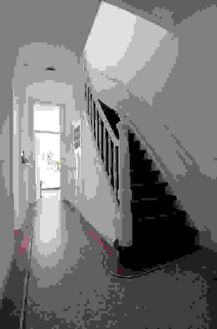 Hal met originele vloer Klassieke gangen, hallen & trappenhuizen van studiopops Klassiek Steen