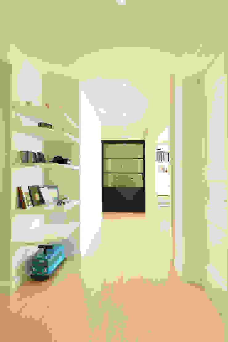 화이트 인테리어 White Interior 모던스타일 복도, 현관 & 계단 by 골방디자인 모던