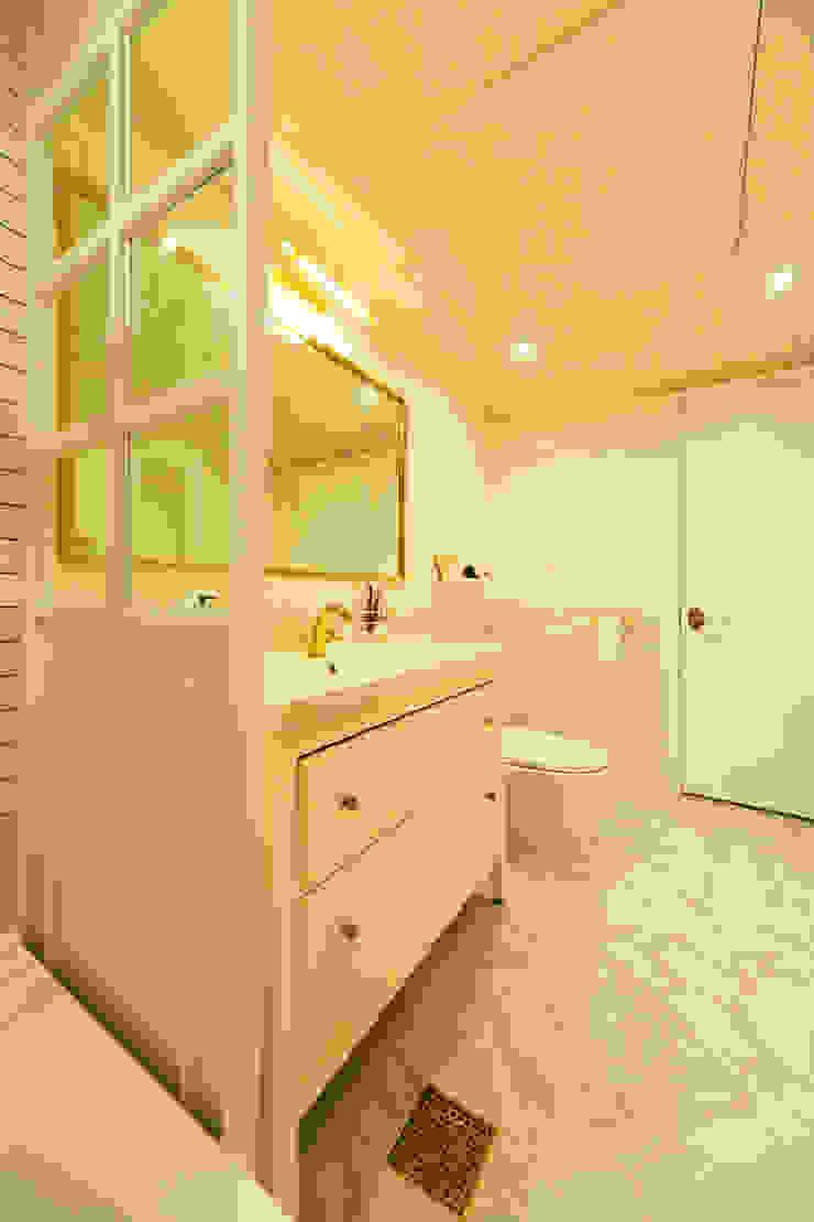 화이트 인테리어 White Interior 모던스타일 욕실 by 골방디자인 모던