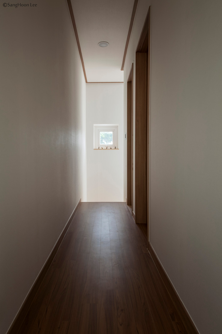 Modern Corridor, Hallway and Staircase by 디자인 인사이트 (DESIGN INSITE) Modern