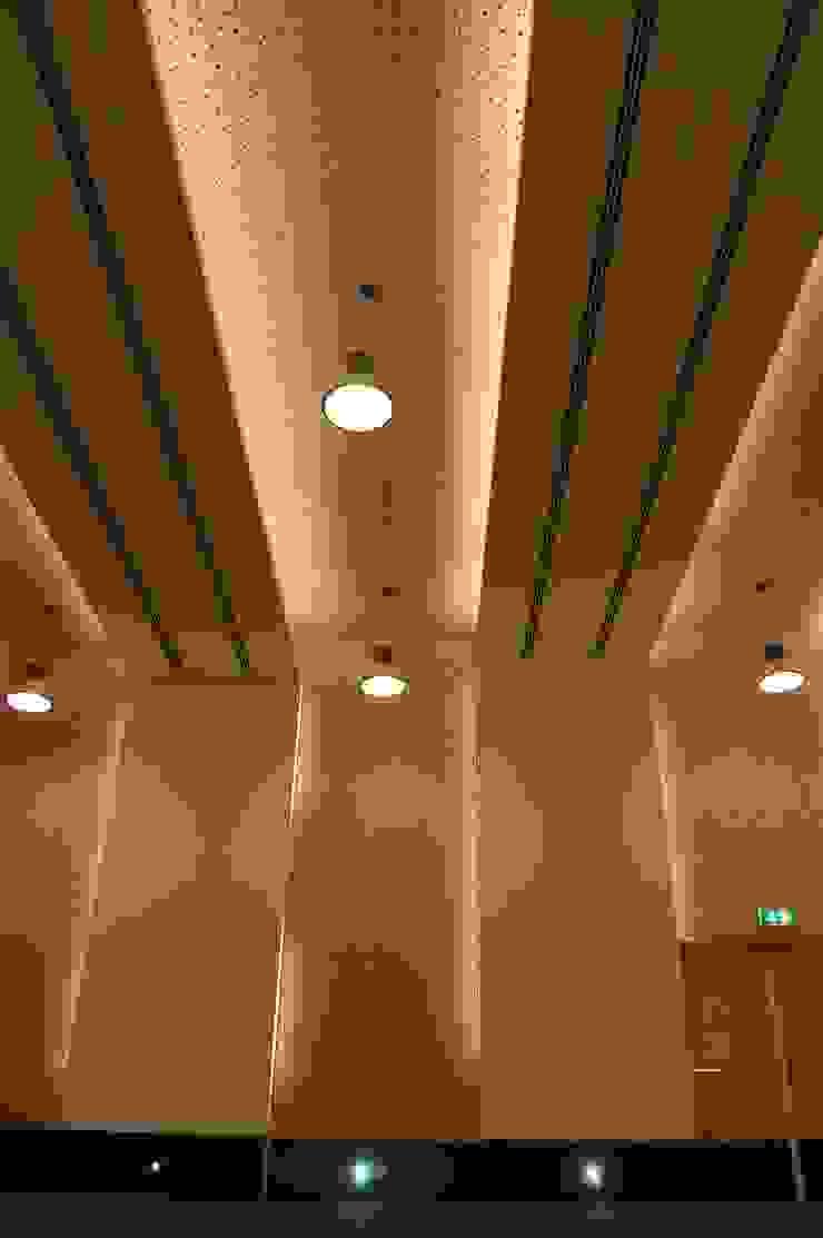 Auditório Principal por Peritraço Arquitectura Moderno