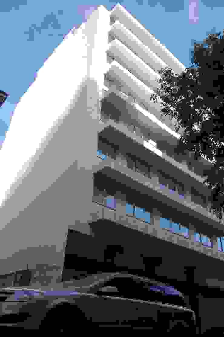 Fachada Renovada por Peritraço Arquitectura Moderno