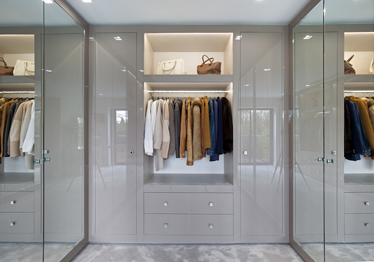 Walk in closet de estilo  por The Wood Works, Moderno Vidrio