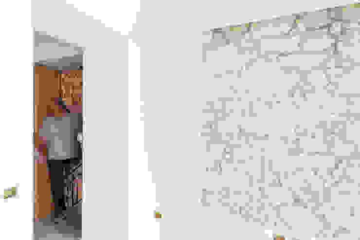 particolare della parete in tufo in fase di esecuzione di M2Bstudio Moderno