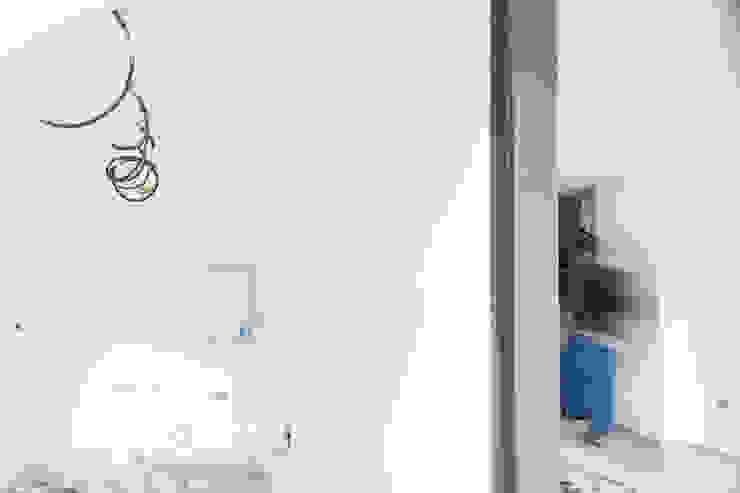 particolare della cucina e del muro divisorio in fase di esecuzione di M2Bstudio Moderno