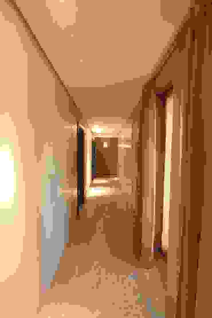 Imperatore Architetti Modern Corridor, Hallway and Staircase