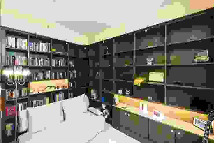 Estudios y oficinas modernos de Nandita Manwani Moderno
