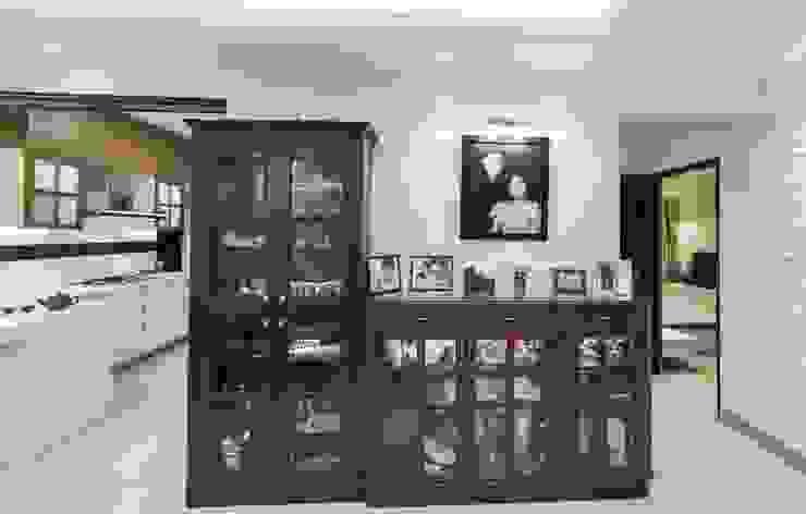 Pasillos, vestíbulos y escaleras modernos de Nandita Manwani Moderno
