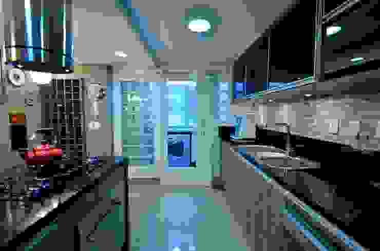 Cozinha em Melamina Canion Rústico com Portas em Vidro Preto e Porta de Correr com Roldanas Cozinhas modernas por Tiede Arquitetos Moderno