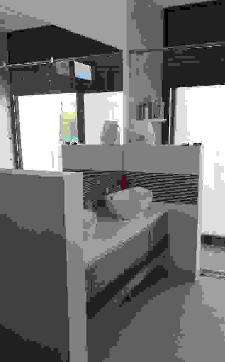 Casa Campestre Condominio <q>El Peñon</q> Girardot / Tel: 3125831655 Baños de estilo minimalista de Construcciones Cubicar S.A.S Minimalista