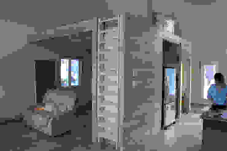 Escalera cerrada Pasillos, vestíbulos y escaleras de estilo moderno de EnTRE+ Moderno