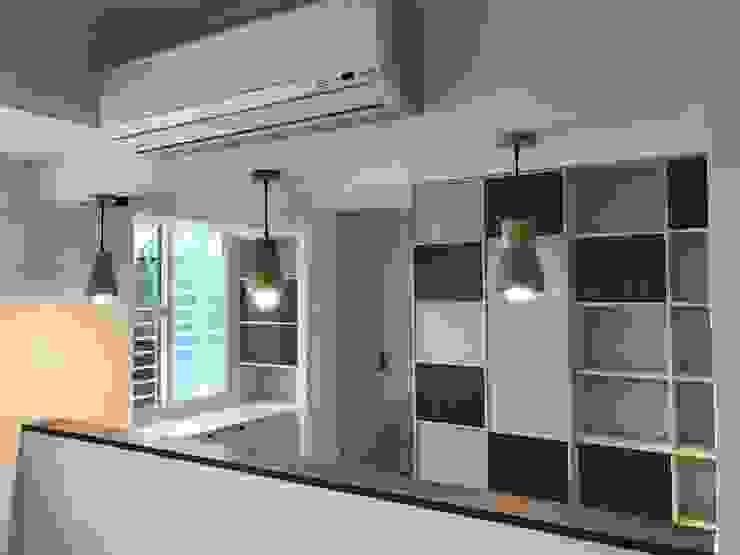 空間魔法 將門片設計成像櫃體一樣 達到整體設計感 根據 捷士空間設計(省錢裝潢) 古典風
