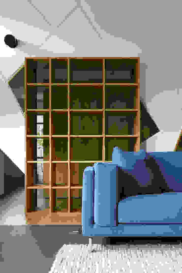 40號‧隱秩序 现代客厅設計點子、靈感 & 圖片 根據 洪文諒空間設計 現代風