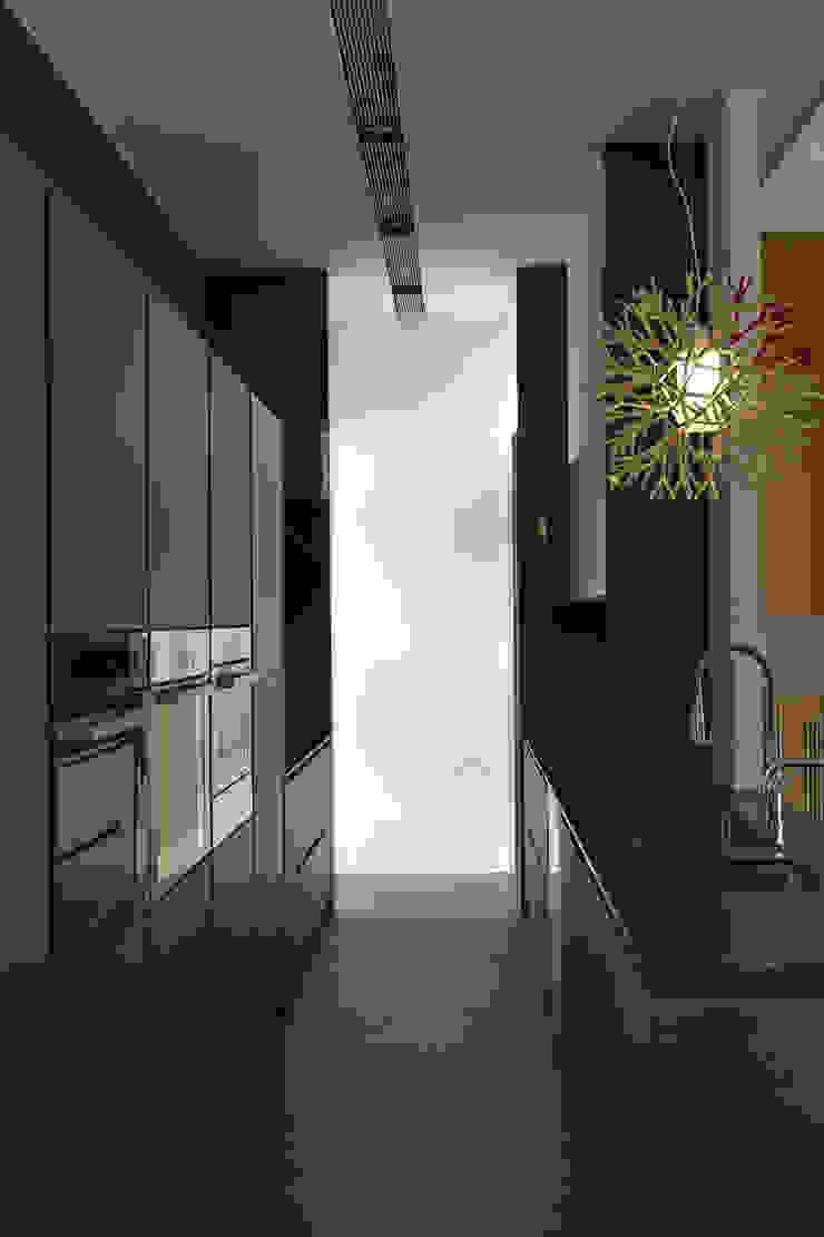 40號‧隱秩序 現代廚房設計點子、靈感&圖片 根據 洪文諒空間設計 現代風
