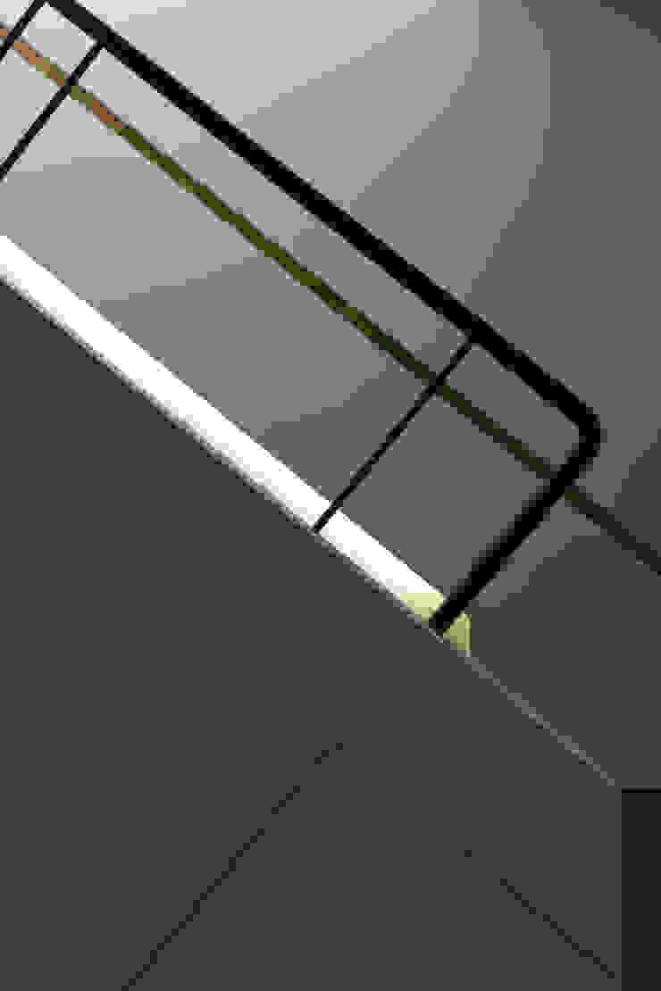 40號‧隱秩序 現代風玄關、走廊與階梯 根據 洪文諒空間設計 現代風