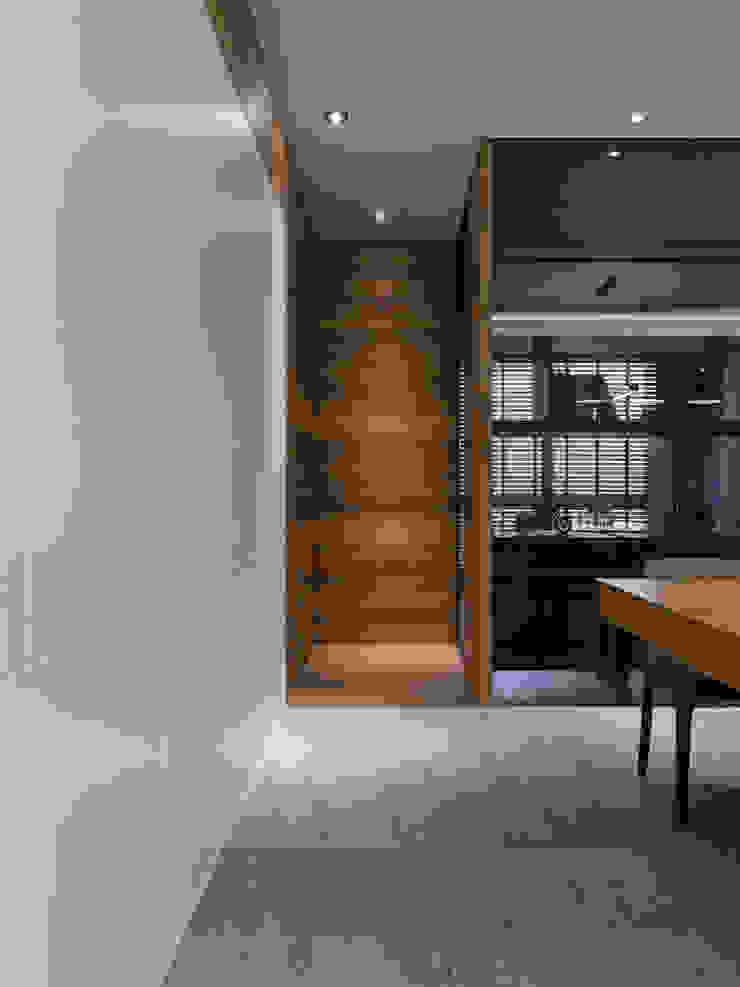 Modern corridor, hallway & stairs by 拾葉 建築室內設計 Modern