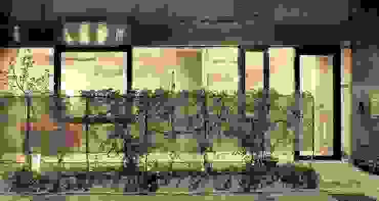 綠植爬滿金屬網邊界,使診間落地窗亦能維持必要的遮蔽感。 根據 本晴設計 簡約風