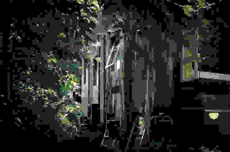 紫色油漆讓周圍樹影的婆娑搖曳微映在牆體上,整棟屋宅竟融於綠樹中了。 根據 本晴設計 簡約風