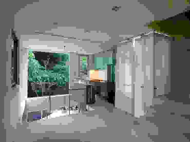 掀開地窖的樓地板,挑空對流,亦鑿除面向山坡的外牆,大小開口攜入天光、綠影,融入室外濃蔭的樹景。 根據 本晴設計 簡約風